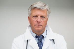 Боли в сердце отдают в лопатку: причины, диагностика и лечение